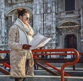 Touristische Frau vor Duomo in Mailand, Italien, das Karte betrachtet Lizenzfreie Stockfotos