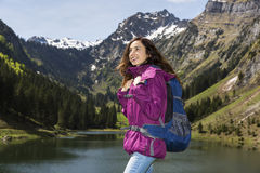Touristische Frau, welche die Landschaft genießt Lizenzfreie Stockbilder