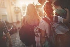 Touristische Freunde, die zu Fuß Stadt entdecken stockfoto