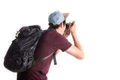 Touristische Gebrauchskamera des jungen Mannes mit Rucksack Lizenzfreie Stockbilder