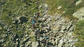 Touristische Gruppe der Vogelperspektive, die auf Gebirgspfad geht Climbling ein Berg stockfoto