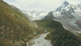Touristische Gruppe, die auf Gebirgspfad entlang schnellem Fluss geht Klettern eines Berges stockfoto