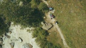 Touristische Gruppe, die den Fluss im Berg kreuzt Vogelperspektivegebirgsfluss lizenzfreies stockfoto
