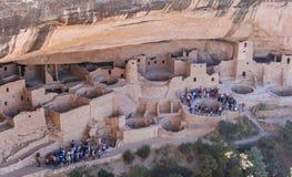 Touristische Gruppen, die einen Ausflug in Mesa Verde nehmen Lizenzfreies Stockfoto