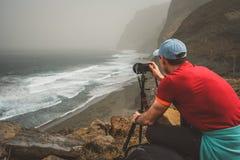 Touristische Herstellungsphotographie der Klippenküstenlinie mit Meereswogen von Cruzinha zu Ponta tun Solenoid Enorme Berge auf Lizenzfreies Stockbild