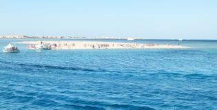Touristische Insel im Meer Stockfoto