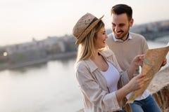Touristische junge Paare unter Verwendung der Karte als Führer stockfoto