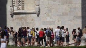 Touristische Leute, die in Linie warten stock video footage