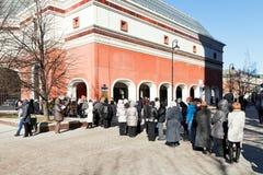 Touristische Linie in Tretjakow-Galerie, Moskau Stockfotografie