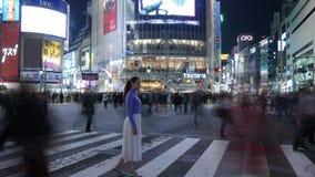 Touristische Mädchenstellung der Zeitspanne an Shibuya-Überfahrt nachts, Tokyo, Japan stock video footage