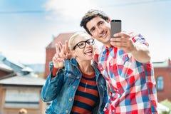 Touristische Paare, die selfie auf Dachspitze in Berlin nehmen Stockbilder