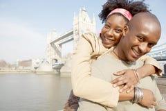 Touristische Paare in London mit Karte. Stockfotos