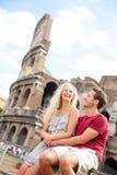 Touristische Paare in Rom durch Kolosseum auf Reise lizenzfreie stockfotos
