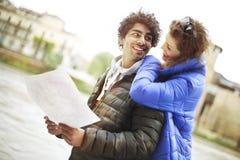 Touristische Paare sehen Karte die Stadt von Verona an Stockbilder