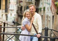 Touristische Paare in Venedig lizenzfreies stockfoto