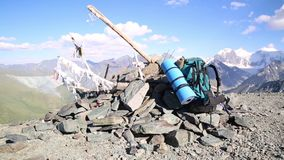 Touristische Rucksacklüge auf den Berg stock video