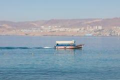 Touristische Schiffe auf dem Strand von Aqaba, Jordanien Populärer Erholungsort, L Stockfotos