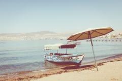 Touristische Schiffe auf dem Strand von Aqaba, Jordanien Populärer Erholungsort, L Lizenzfreie Stockbilder