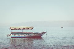 Touristische Schiffe auf dem Strand von Aqaba, Jordanien Populärer Erholungsort, L Lizenzfreies Stockfoto