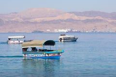 Touristische Schiffe auf dem Strand von Aqaba, Jordanien Populärer Erholungsort, L Lizenzfreie Stockfotos