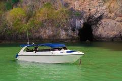 Touristische Schnellboote an in Pattaya, Thailand mit Flagge Lizenzfreies Stockfoto