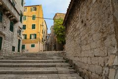 Touristische Stadt durch das Adratic Meer - Sibenik, Kroatien Lizenzfreie Stockfotografie