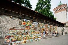 Touristische Straße der alten Stadt mit Malereien und Kunst für Verkauf Lizenzfreie Stockfotos