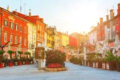 Touristische Straße mit bunten Häusern, Rovinj Rovigno, Kroatien stockfotos