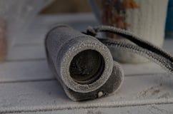 Touristische Tabelle bedeckt mit Frost mit den Ferngläsern bei Sonnenaufgang lizenzfreie stockfotografie