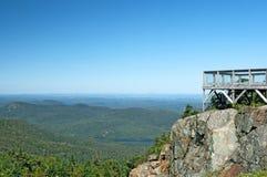 Touristische Veranschaulichung auf einem Berg lizenzfreie stockfotos