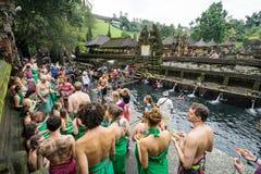 Touristische Wäsche selbst im Pool bei Pura Tirta Empul stockfoto