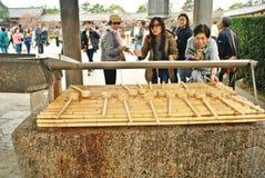 Touristische waschende Hand in einem Tempel Stockfotografie