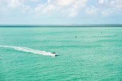 Touristische Yacht, die auf Türkiswasser bei Key West, Florida schwimmt Lizenzfreies Stockfoto