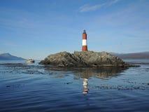 Touristische Yacht nahe dem Leuchtturm des Endes der Welt. Stockfotografie