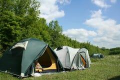 Touristische Zelte im Wald am Campingplatz lizenzfreies stockfoto