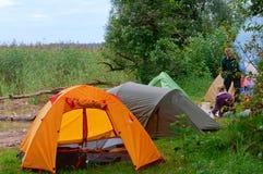 Touristische Zelte im Wald nahe einem See, Sommerferien in den Zelten Lizenzfreies Stockbild
