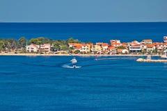 Touristische Zieleinheit Zadar Halbinsel und blaues Meer lizenzfreie stockfotos