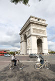 Touristischer Besuch Lichtbogen de triumph stockfotos