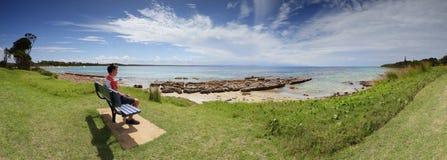 Touristischer Besucher, der den Ansichten Currarong-Strand Australien bewundert lizenzfreie stockfotografie