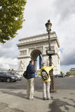 Touristischer Besuchs-Lichtbogen de triumph lizenzfreies stockfoto