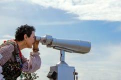 Touristischer Blick der Frau auf den Anblick von oben Lizenzfreie Stockfotos