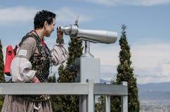 Touristischer Blick der Frau auf den Anblick von oben Lizenzfreies Stockbild