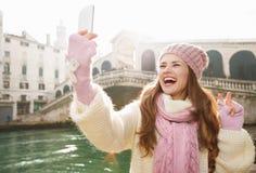Touristischer darstellender Sieg der Frau beim Nehmen von selfie in Venedig Stockfoto
