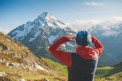 Touristischer Frauenwanderer auf die Oberseite des Berges Stockfotografie