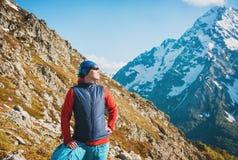 Touristischer Frauenwanderer auf die Oberseite des Berges Lizenzfreie Stockfotos