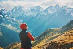Touristischer Frauenwanderer auf die Oberseite des Berges Lizenzfreies Stockfoto