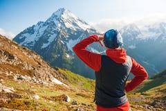 Touristischer Frauenwanderer auf die Oberseite des Berges Stockfoto