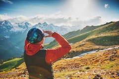 Touristischer Frauenwanderer auf die Oberseite des Berges Lizenzfreie Stockfotografie
