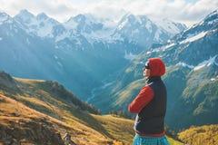Touristischer Frauenwanderer auf die Oberseite des Berges im Freien Lizenzfreies Stockfoto