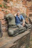 Touristischer Gedanke, sitzend auf den Ruinen eines Klosters, Thailand Lizenzfreie Stockfotos